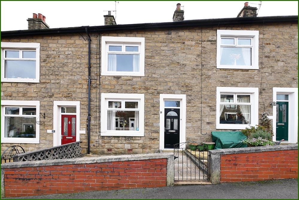 2 Bedrooms Terraced House for sale in Hollins Road, Barnoldswick BB18