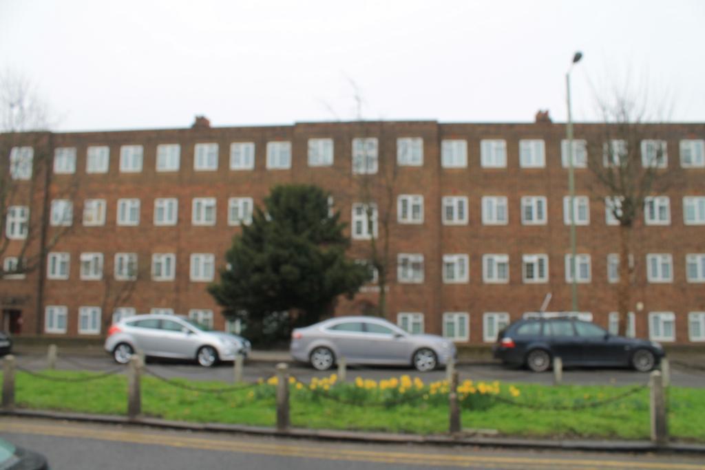 2 Bedrooms Flat for sale in Burnham Court, Brent Street, Hendon, NW4
