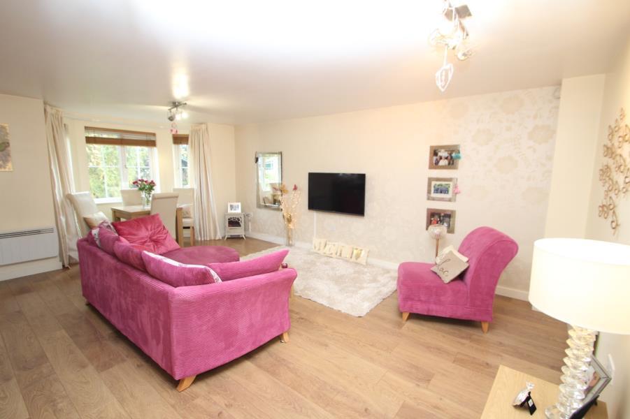 2 Bedrooms Flat for sale in BROADLANDS GARDENS, PUDSEY, LEEDS, LS28 9GD