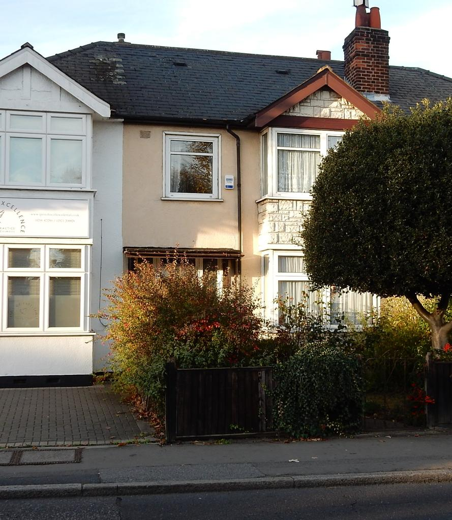 3 Bedrooms Terraced House for sale in Brentwood Road, Gidea Park RM2