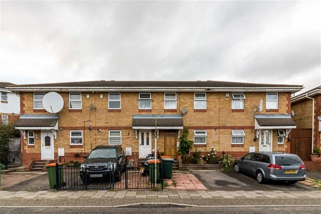 3 Bedrooms Terraced House for sale in Downings, Beckton