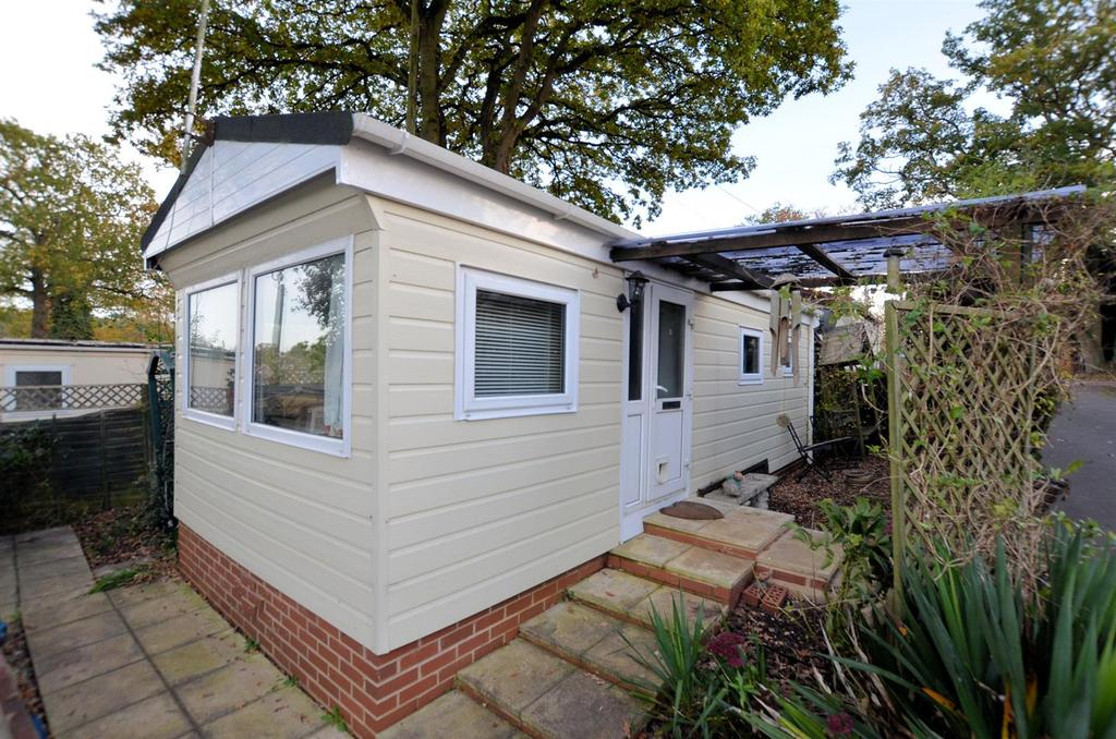 1 Bedroom Park Home Mobile Home for sale in 9th Avenue, Garston Park, Tilehurst, Reading