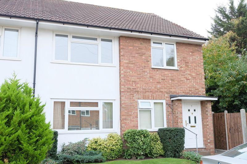 2 Bedrooms Maisonette Flat for sale in Esher Close, Bexley