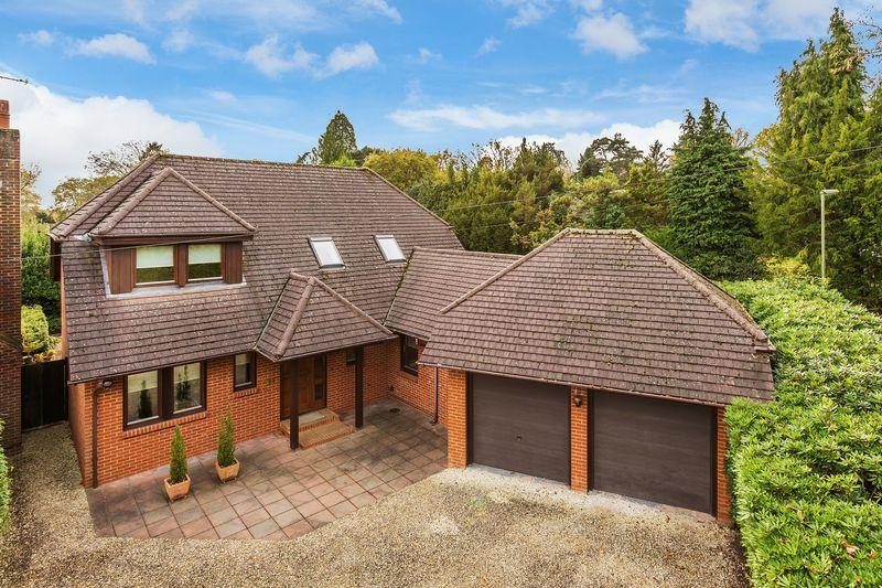 3 Bedrooms Detached House for sale in Rowhills, Farnham