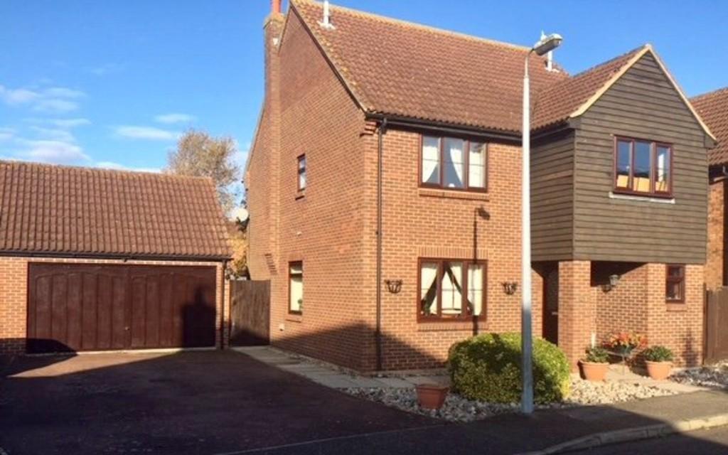 4 Bedrooms Detached House for sale in Blackwater Close, Heybridge Basin, CM9 4SB