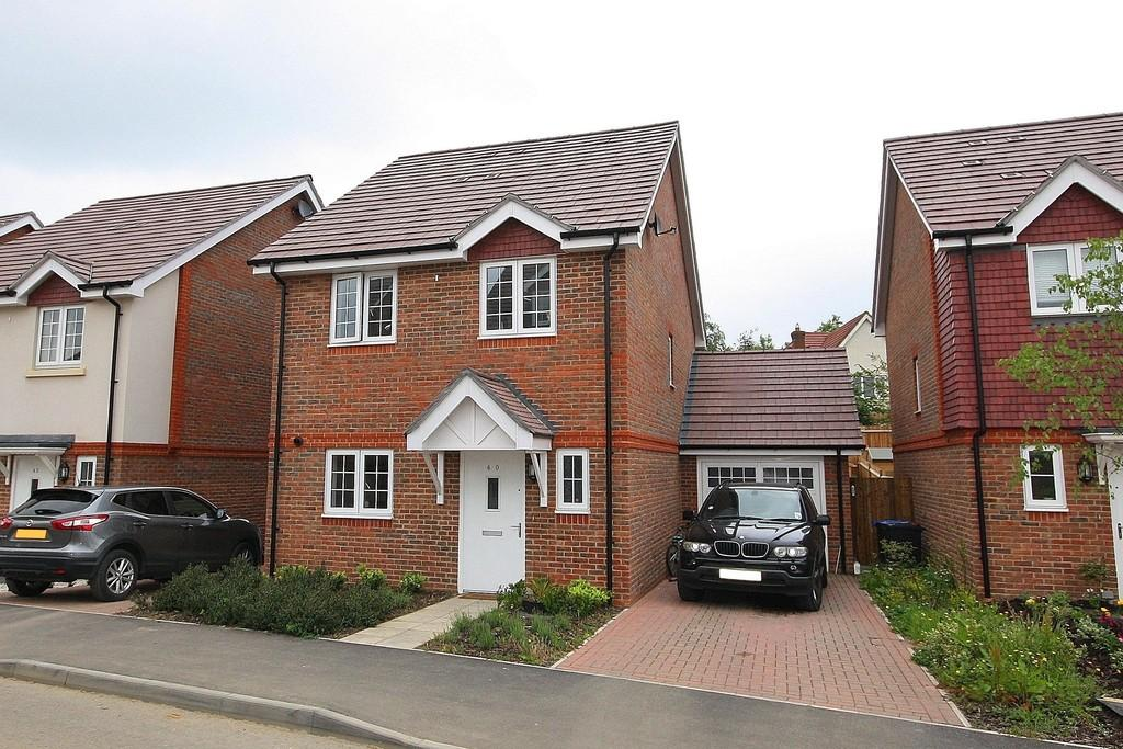 4 Bedrooms Link Detached House for rent in Brookwood Farm Drive, Knaphill