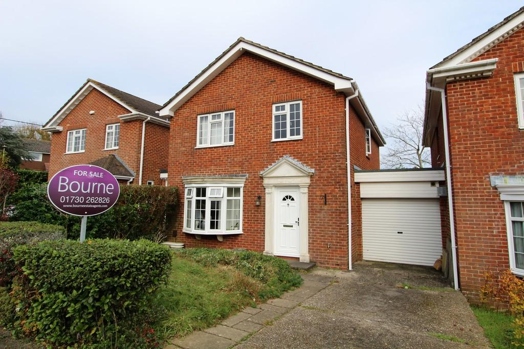 4 Bedrooms Detached House for sale in Selborne Close, Petersfield, Hampshire