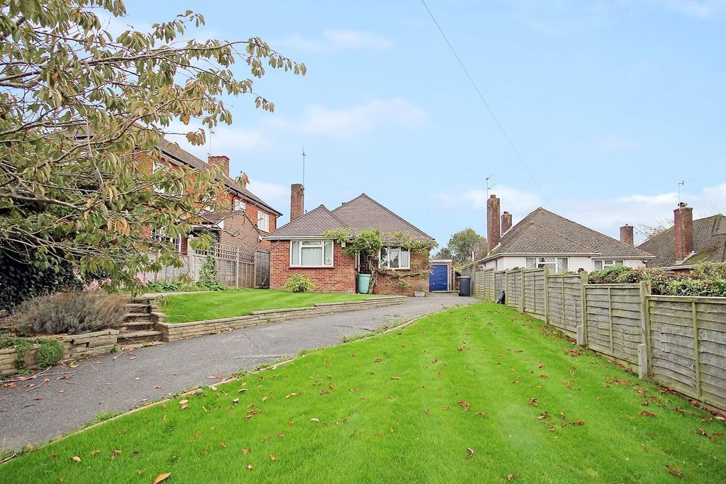 2 Bedrooms Detached Bungalow for sale in Half Moon Lane, Worthing BN13 2EN