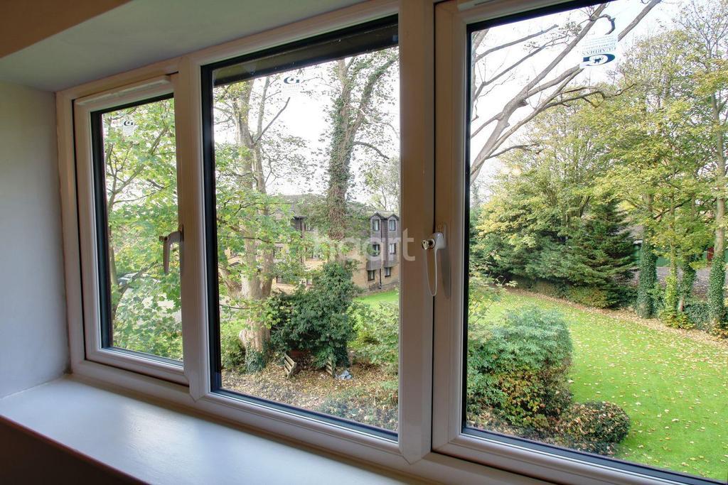 2 Bedrooms Flat for sale in Tylersfield, Abbots Langley