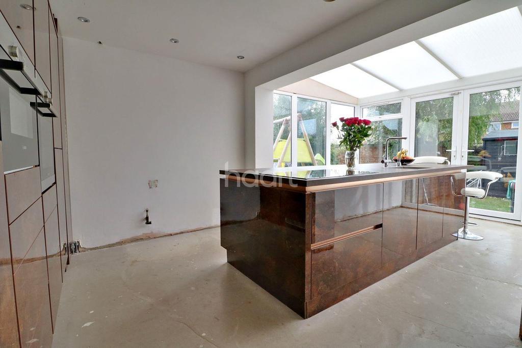 2 Bedrooms Semi Detached House for sale in Sandpiper Close, Shoeburyness