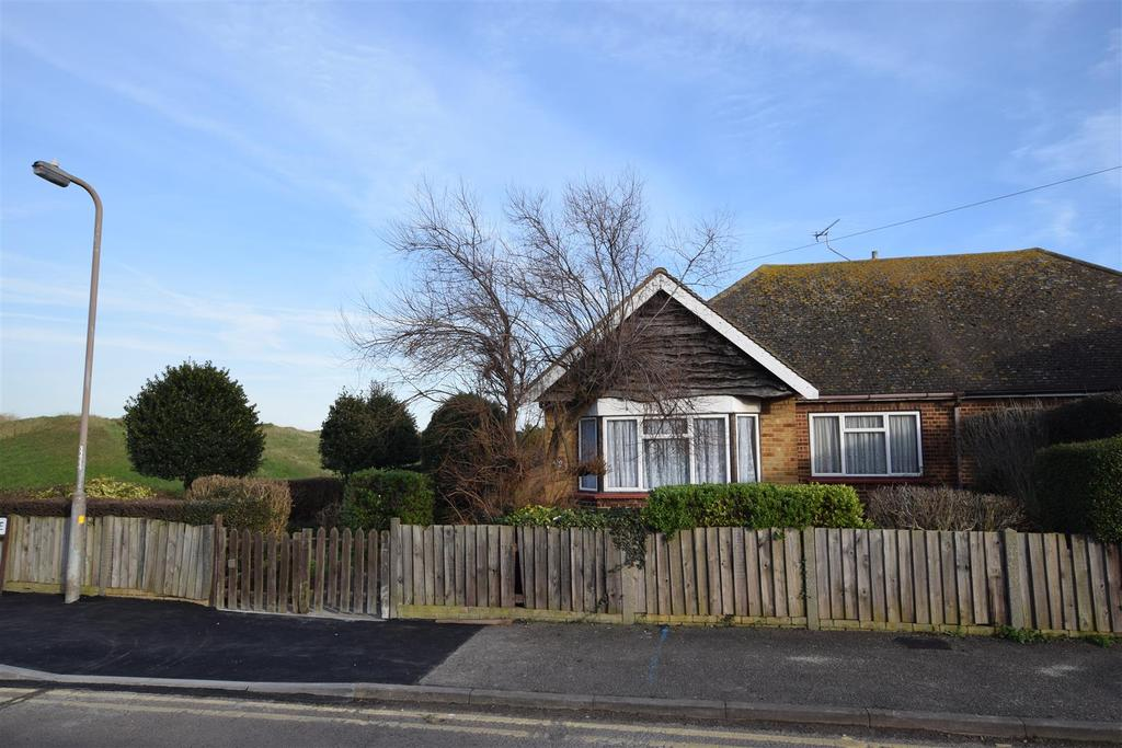 3 Bedrooms Semi Detached Bungalow for sale in Gwendalen Avenue, Canvey Island