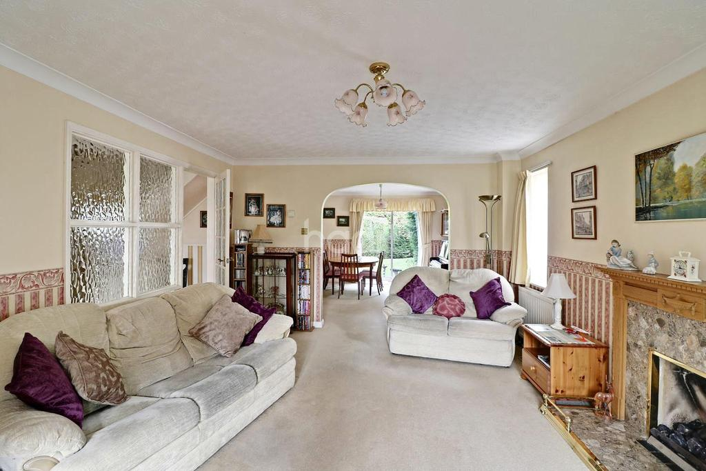 4 Bedrooms Detached House for sale in Lutterworth Close, Bracknell