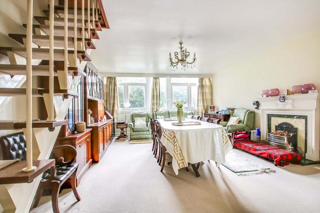 3 Bedrooms Maisonette Flat for sale in Tarnwood Park, Eltham, SE9