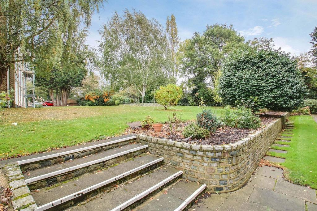 3 Bedrooms Maisonette Flat for sale in Tarnwood Park, Eltham, SE9