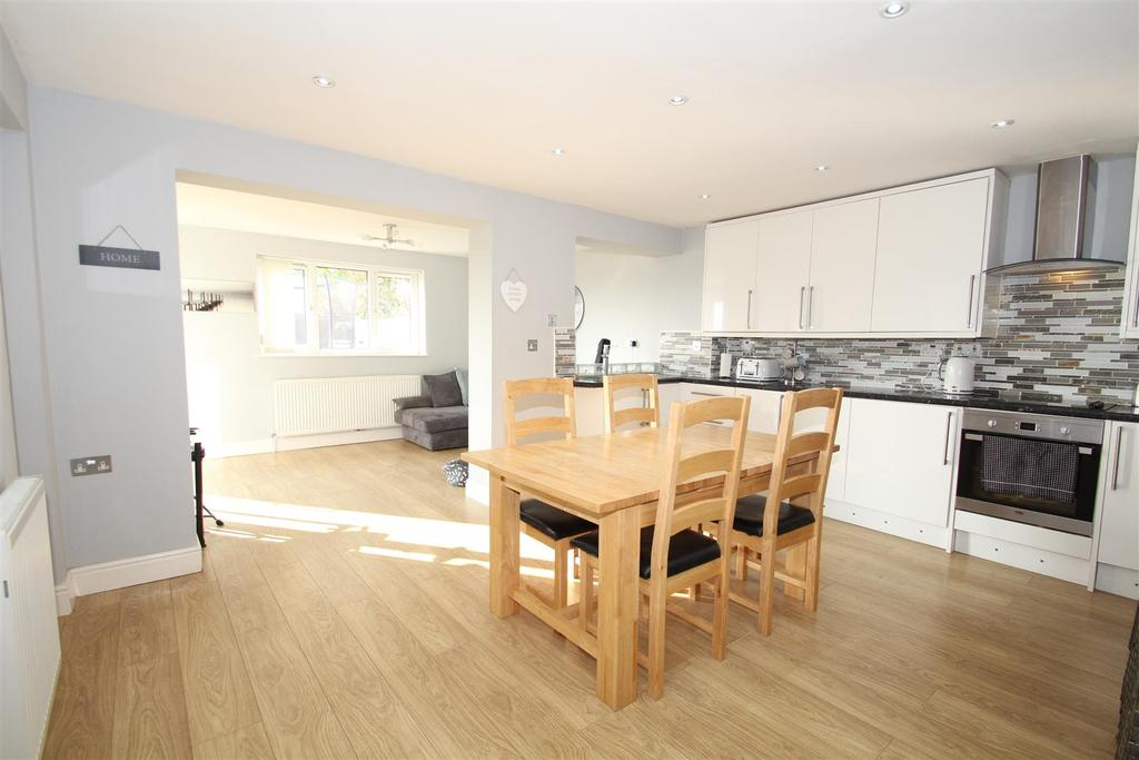 4 Bedrooms Semi Detached House for sale in Hesketh Road, Yardley Gobion, Towcester