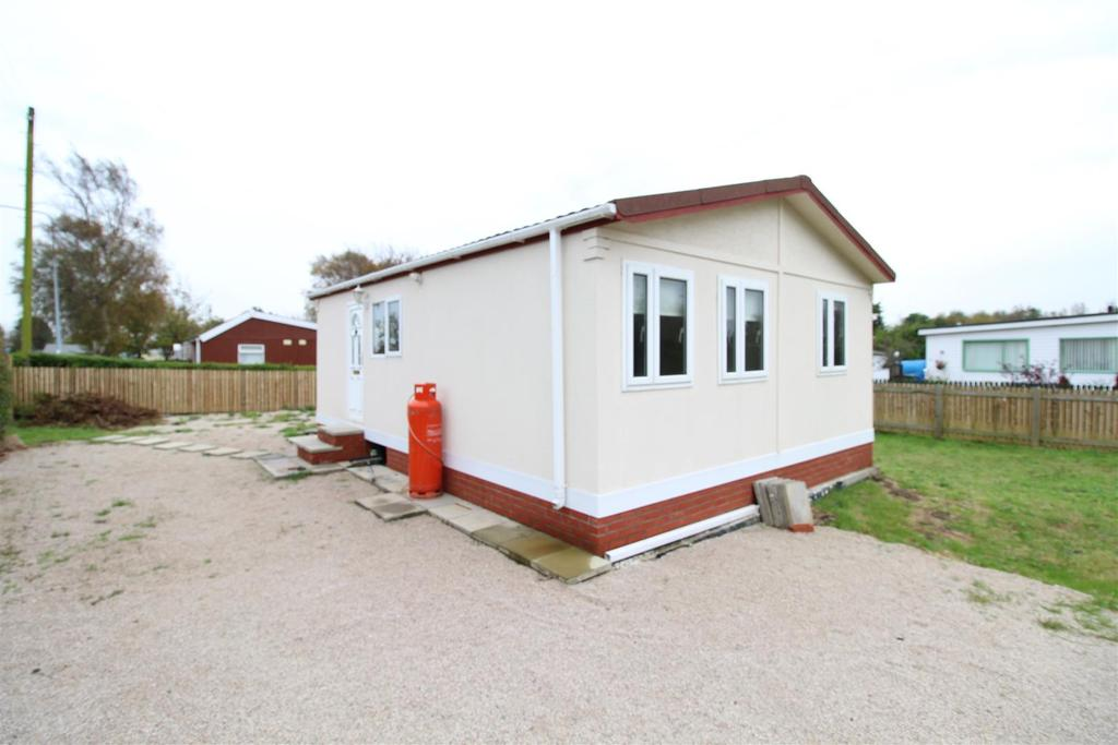 2 Bedrooms Detached Bungalow for sale in First Main Road, Humberston Fitties, Humberston