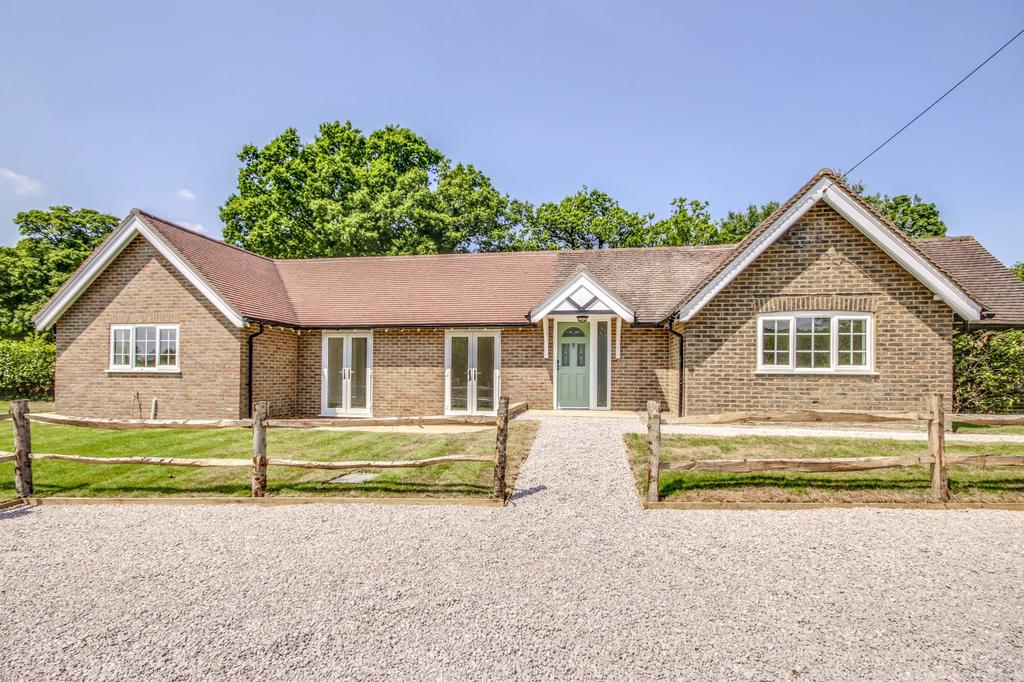 3 Bedrooms Detached Bungalow for sale in Middle Lodge, Plumtree Cross Lane, Barns Green, RH13