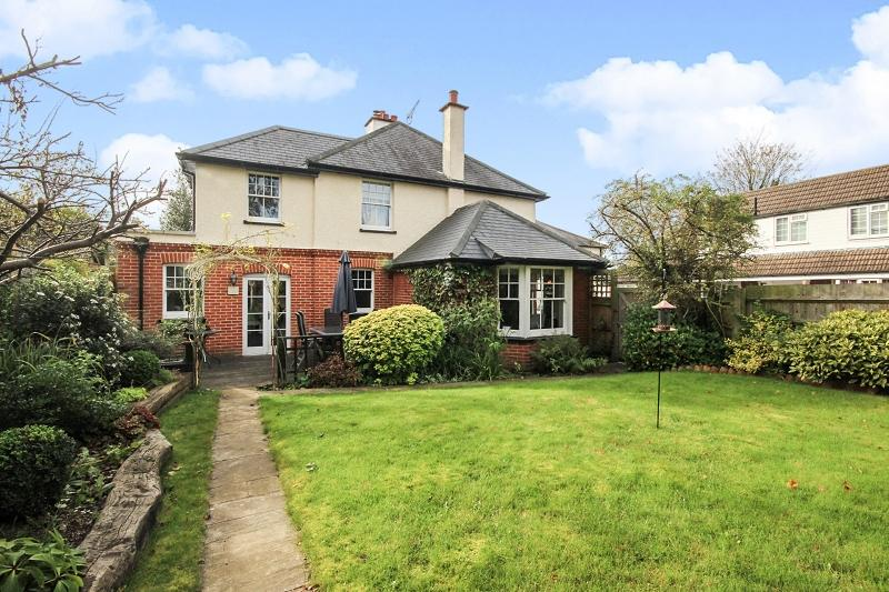 4 Bedrooms Semi Detached House for sale in Magazine Place, Leatherhead, Surrey. KT22 8AZ