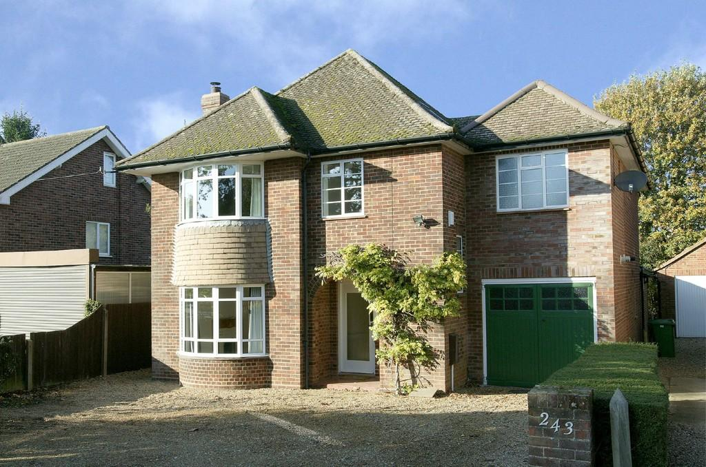 4 Bedrooms Detached House for sale in Norwich Road, Wymondham