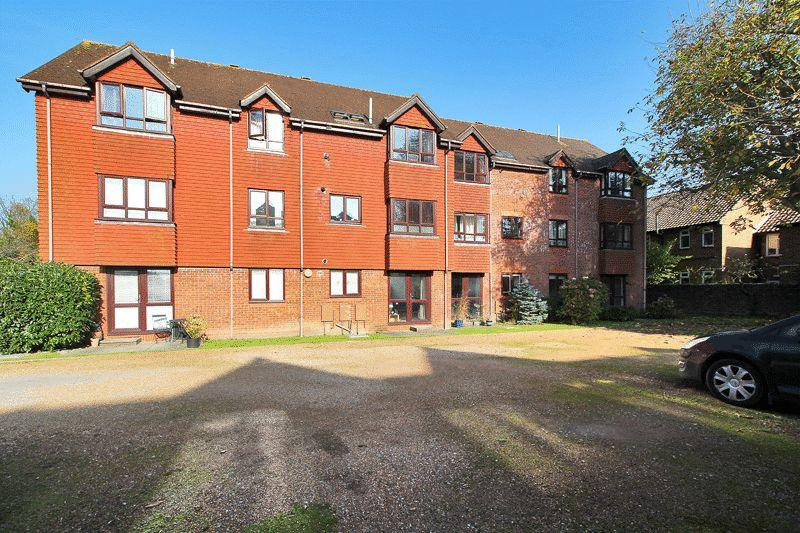 2 Bedrooms Flat for sale in North Parade, Horsham