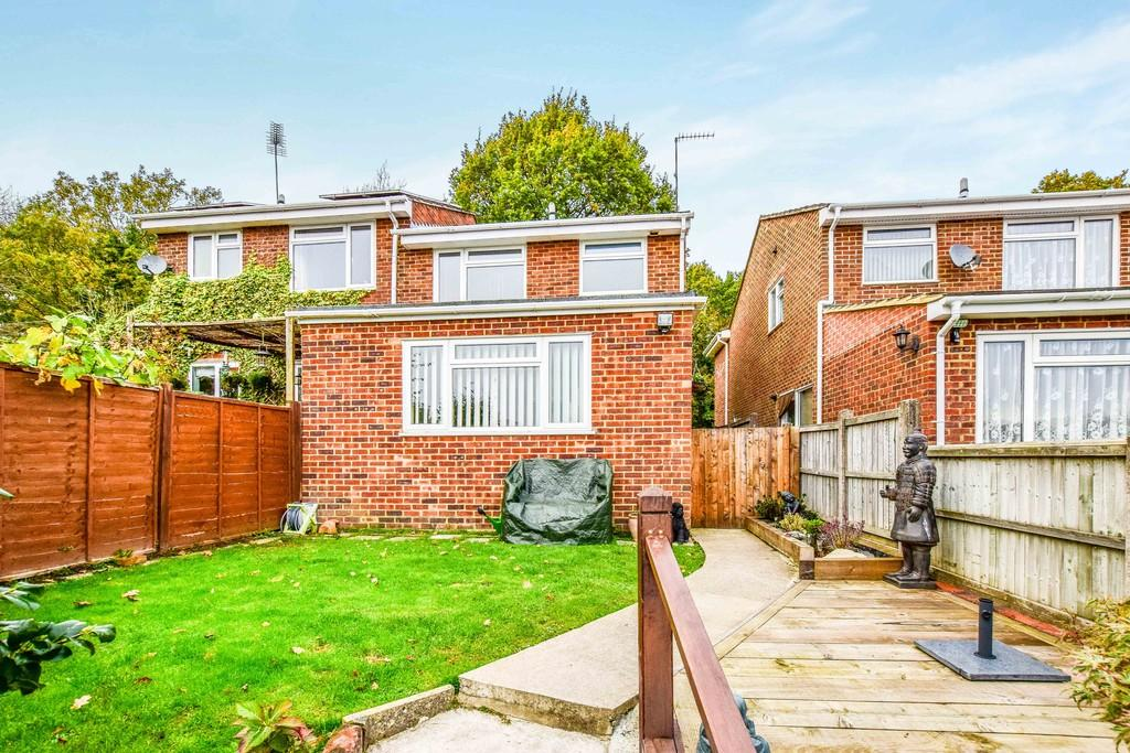 3 Bedrooms Semi Detached House for sale in Forest Close, Crawley Down