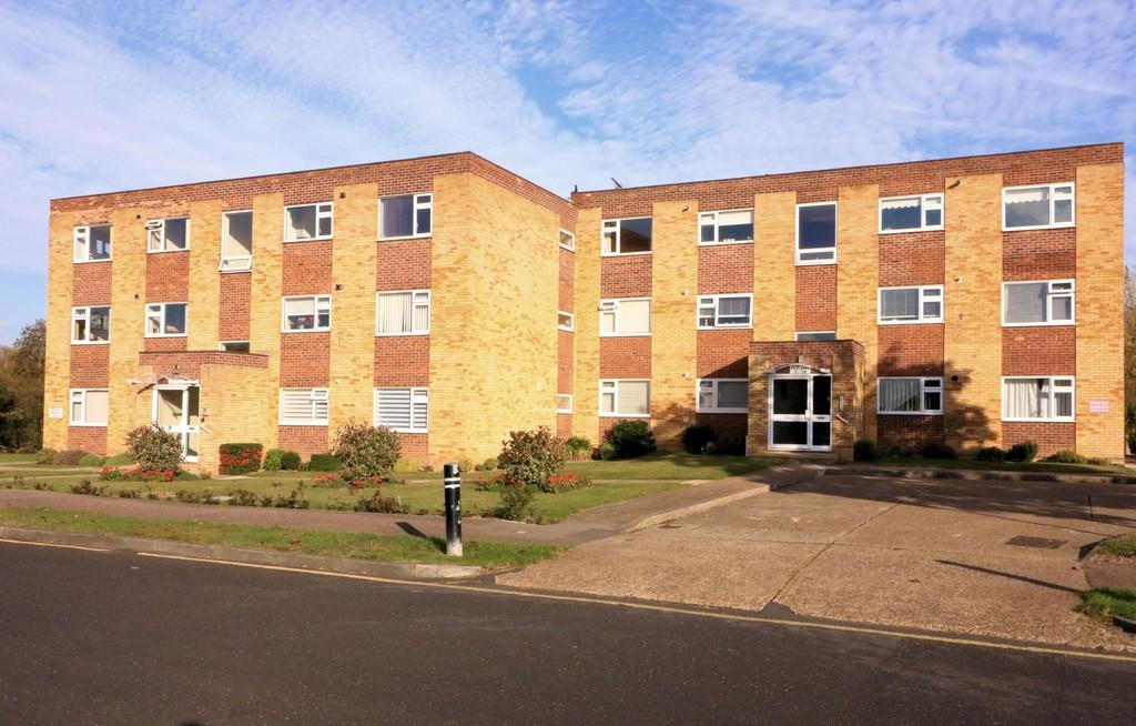 2 Bedrooms Ground Flat for sale in Fairlawns, Colbert Avenue, Thorpe Bay