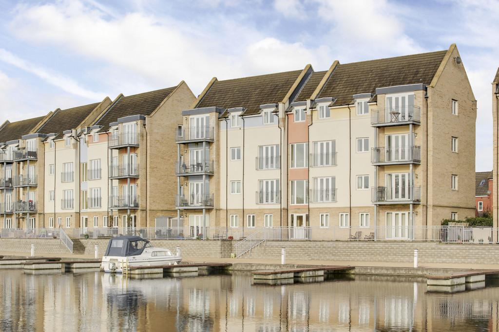 2 Bedrooms Apartment Flat for sale in Wren Walk, Eynesbury, St. Neots