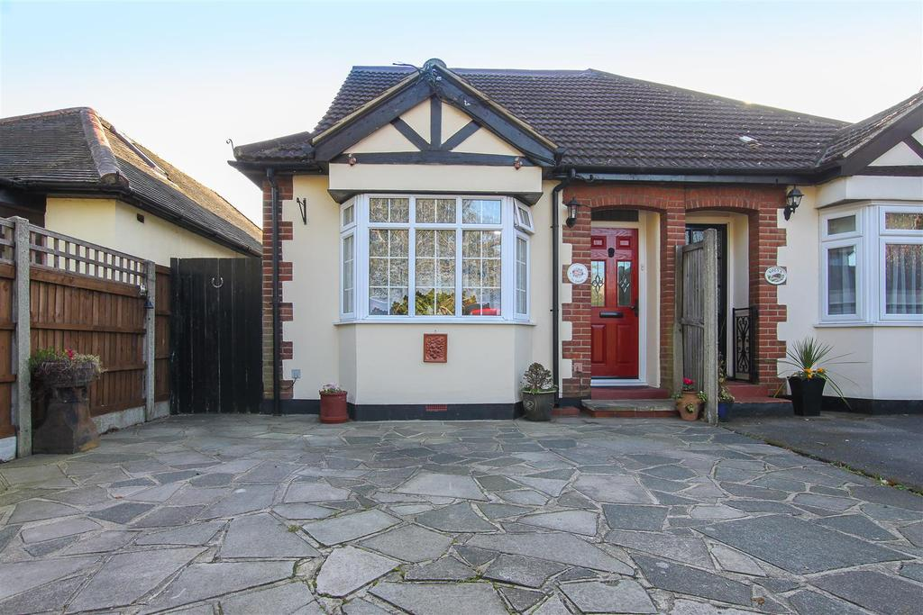 3 Bedrooms Semi Detached Bungalow for sale in Blackmore Road, Kelvedon Hatch, Brentwood