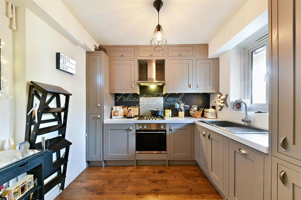 2 Bedrooms Flat for sale in Weald Square, Upper Clapton Road, E5