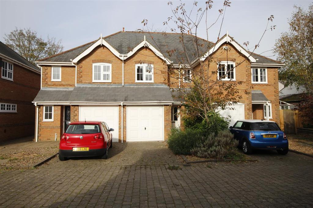 3 Bedrooms Terraced House for rent in Old Mill Court, High Street, Twyford, Reading