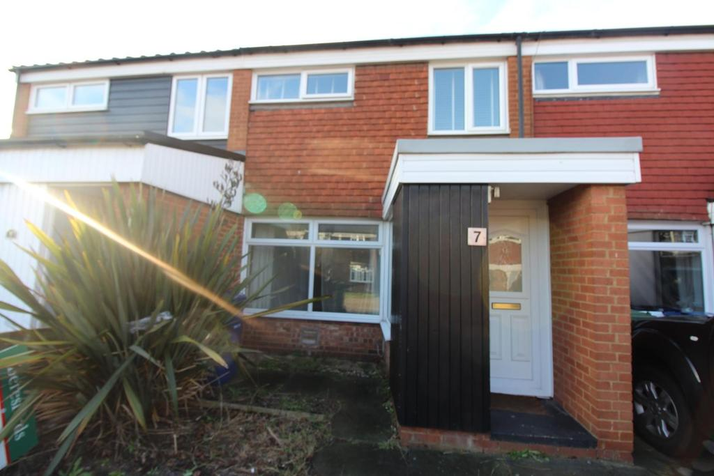 3 Bedrooms Terraced House for rent in St. Pauls Close, Aveley, South Ockendon, Essex, RM15