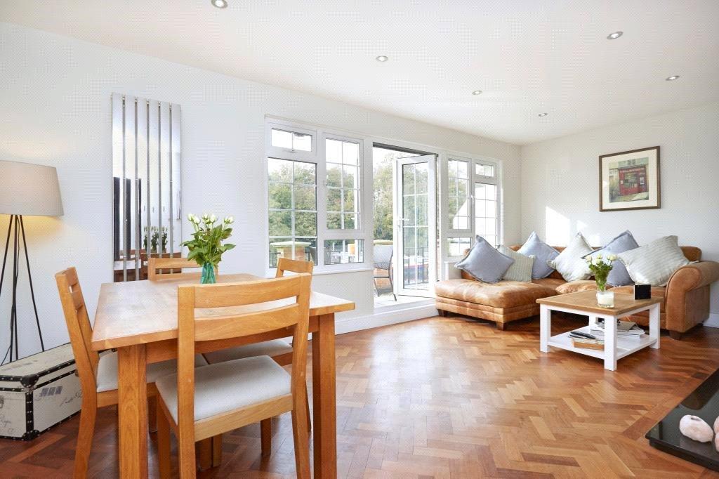 2 Bedrooms Flat for sale in Brunstan Court, Hampton Court Road, East Molesey, Surrey, KT8