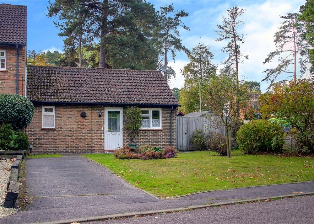 1 Bedroom Terraced Bungalow for sale in Coombe Pine, Bracknell, Berkshire
