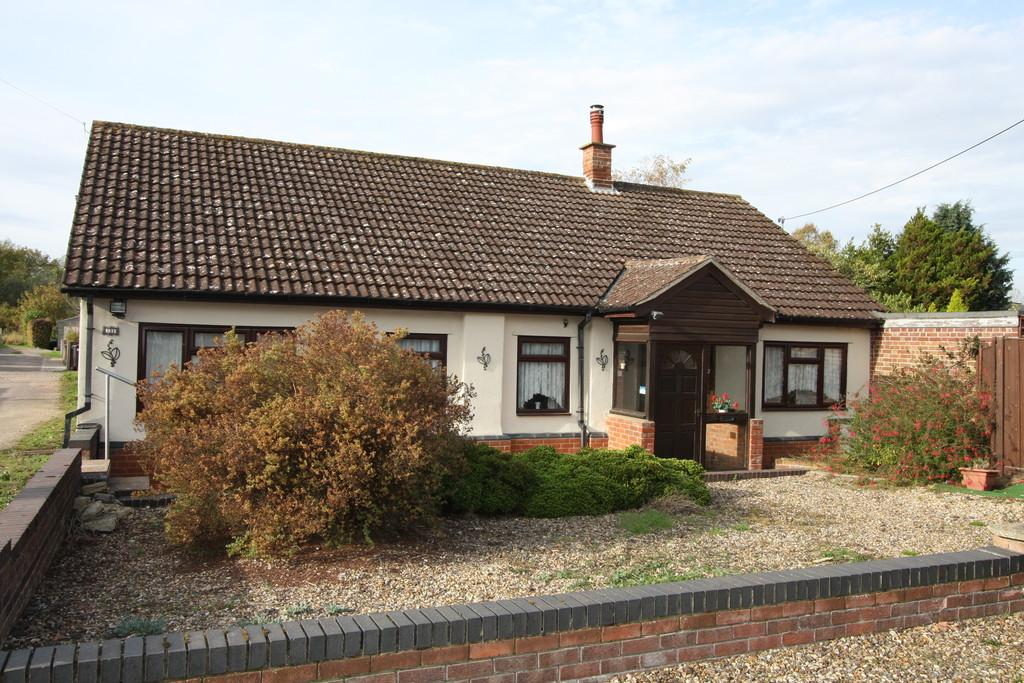 3 Bedrooms Detached Bungalow for sale in Bures Road, Great Cornard