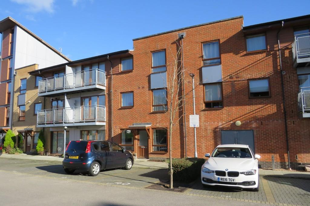 2 Bedrooms Ground Maisonette Flat for sale in Commonwealth Drive, Three Bridges, Crawley