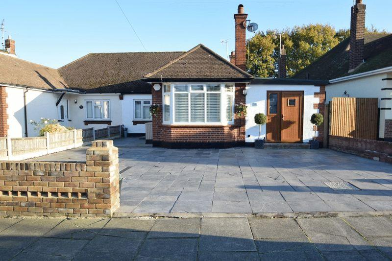 3 Bedrooms Semi Detached Bungalow for sale in Winsford Gardens, Westcliff-On-Sea