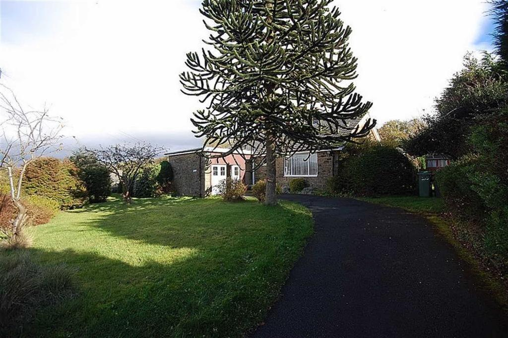 2 Bedrooms Detached Bungalow for sale in Gillroyd Lane, Linthwaite, Huddersfield, HD7