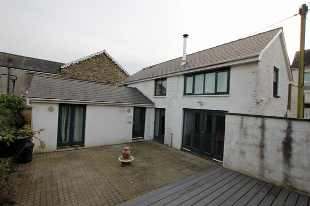 4 Bedrooms Semi Detached House for sale in Penuel Street, Carmarthen, Carmarthenshire