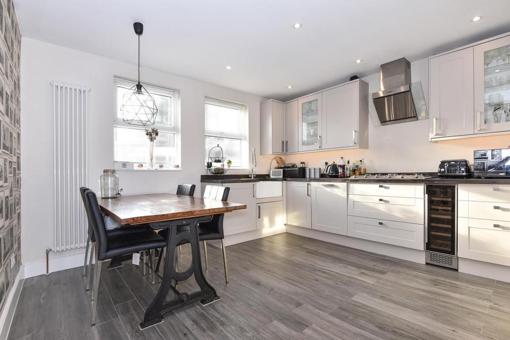 2 Bedrooms Flat for sale in Delamere Road, Raynes Park
