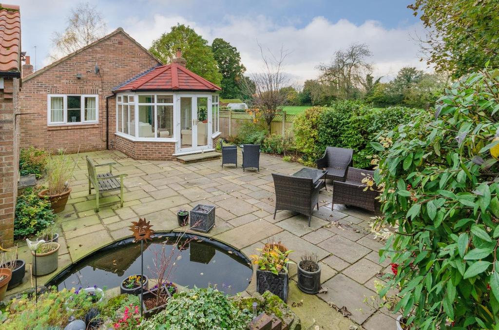 2 Bedrooms Detached Bungalow for sale in Moorfields, Raskelf, York