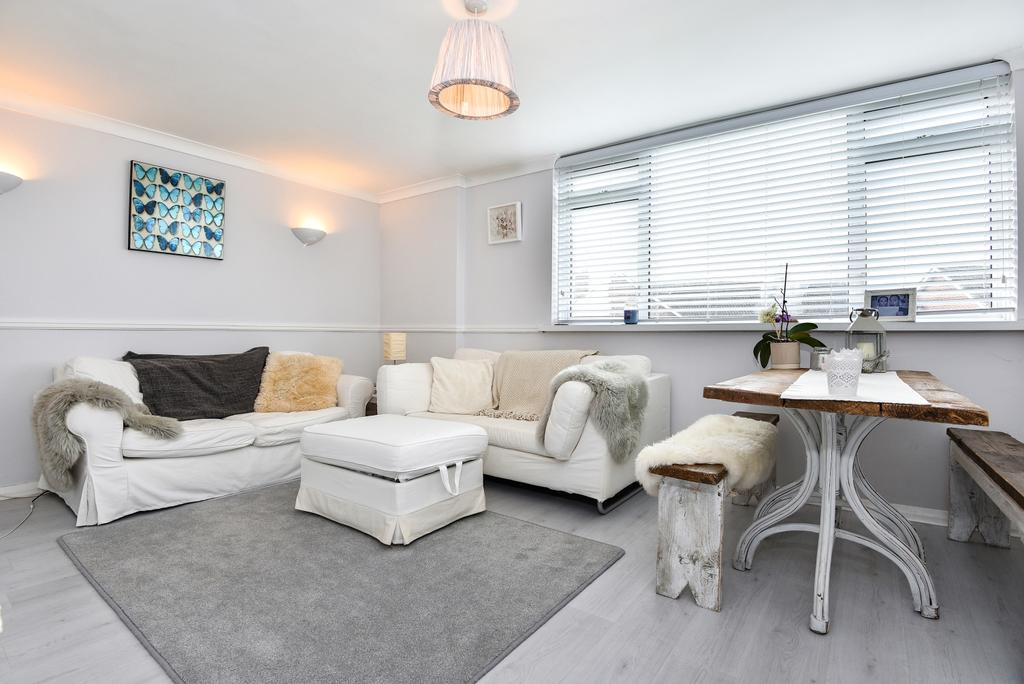 2 Bedrooms Flat for sale in The Lawns London SE19