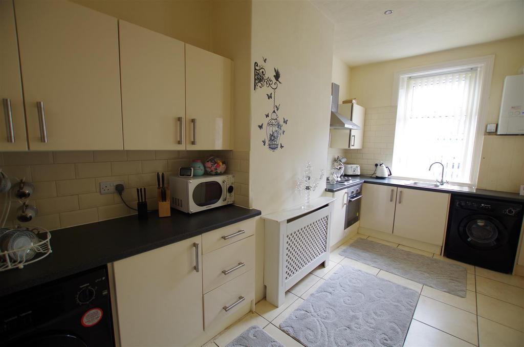 3 Bedrooms House for rent in Catherine Street, Elland