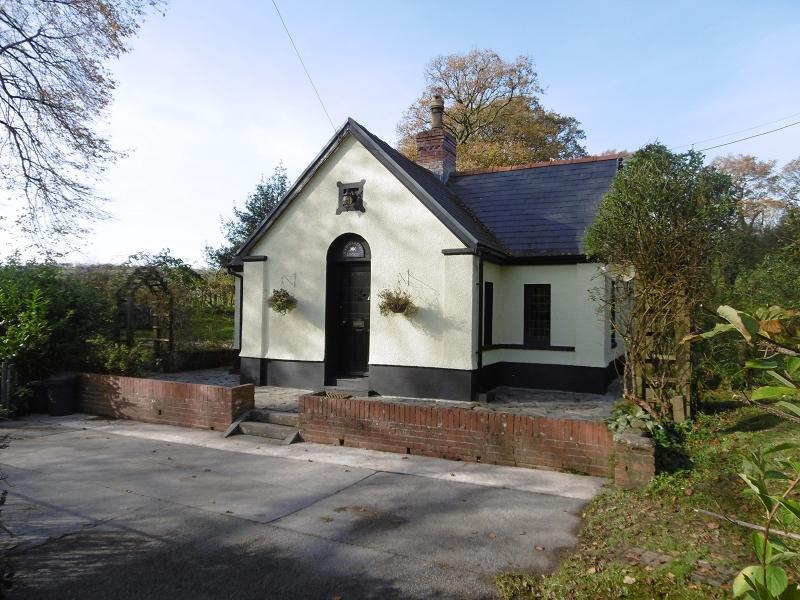 2 Bedrooms Detached House for sale in Nantgaredig, Carmarthen, Carmarthenshire.