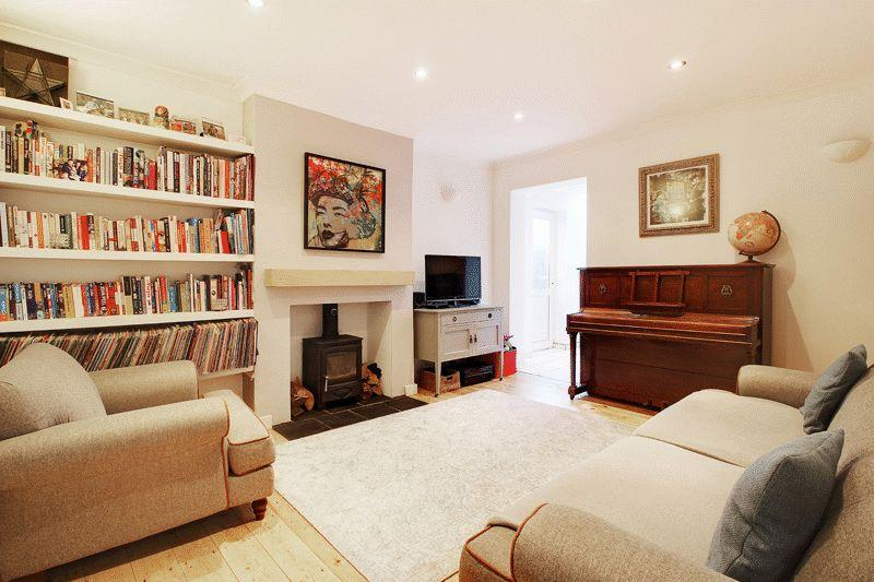 3 Bedrooms Semi Detached House for sale in Kempshott Road, Horsham