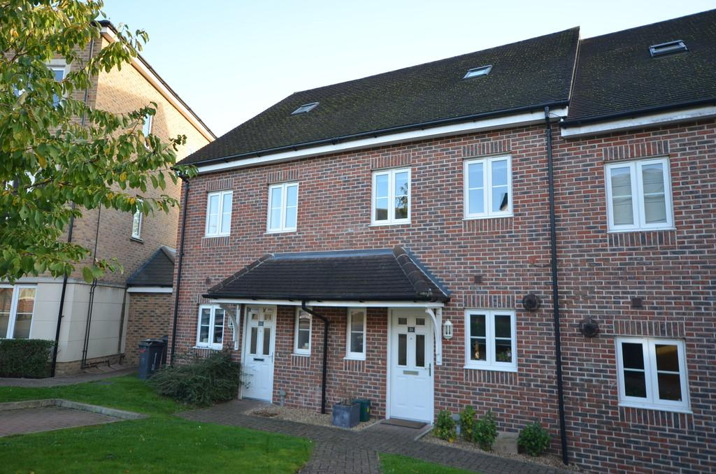 3 Bedrooms Terraced House for sale in Warren Close, Farnham