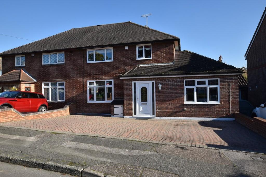 3 Bedrooms Semi Detached House for sale in Homecroft Gardens, Loughton