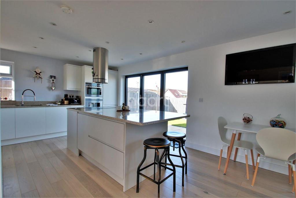 3 Bedrooms Bungalow for sale in Holland On Sea