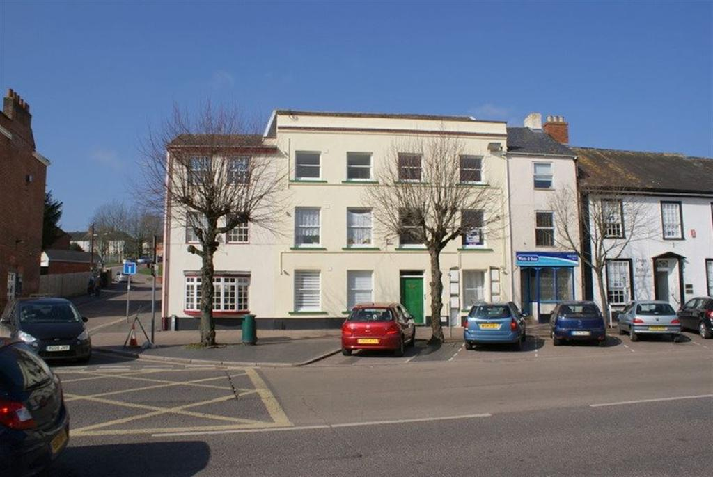 2 Bedrooms Flat for rent in Cullompton - High Street