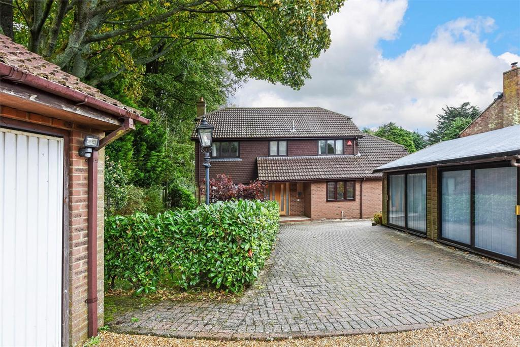 4 Bedrooms Detached House for sale in Fairlight Gardens, Four Marks, Alton