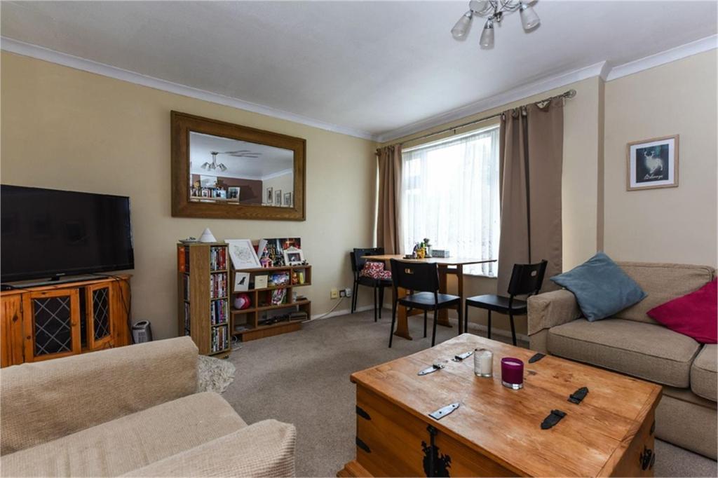 2 Bedrooms Maisonette Flat for sale in Gerald Square, Alton, Hampshire